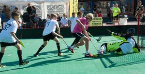 En het duell en av fredagens matcher i Sundsvall Summer Floorball på Stortorget.