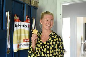 Maja Dahlqvist med sitt VM-guld.