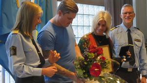 Christoffer Gabrielsen och Marina Holm berättar för regionpolischef Carin Götblad hur det gick till när de tillsammans hoppade i Gavleån och räddade en man till livet.