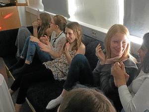 Leah Bakken, Amanda Lorenzen Öberg, Tove Bakken, Cajsa Mjösberg och Maha Kadhim i spänd förväntan.