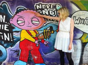 Ung flicka försöker stoppa polarisering. Foto. Göran Greider