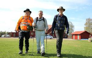 Jon Bodin, till vänster är så kallad sladd. Han kommer alltid att gå sist under vandringen och se till att alla deltagare är med. Han hade sällskap av Per Gilén och Sture Elmnäs när de lämnade Färnäs under tisdagen på vandring till Tammeråsen.
