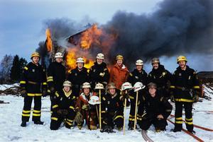 Visst vänder de mangrant ryggen branden. Men uppdraget var faktiskt att bränna ner huset och öva lite. Foto: Jan Forsmark