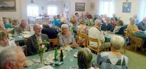 Stuguns  sockenstuga välfylld med glada pensionärer. Närmast i bild Kjell Rubensson och Sonja Forsberg. Foto: Stefan Lindström