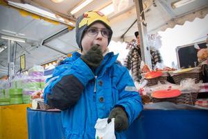 För en del, som för Victor Axelsson, är vädret inte så viktigt som de brända mandlarna.