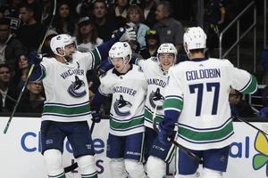 Alexander Edler, Elias Pettersson, Jake Virtanen och Nikolay Goldobin firar ett av Petterssons mål under förra NHL–säsongen. Bilden är från en bortamatch mot Los Angeles Kings. Foto: Jae C. Hong/TT.