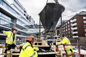 Byggsektorn kan och vill bidra med lösningar och innovationer för att minska klimatpåverkan och hitta alternativ till koldioxidintensiva material, skriver debattörerna. Foto: TT