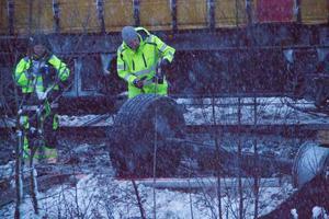 De två utredarna från Statens haverikommission dokumenterade olycksplatsen under torsdagskvällen.