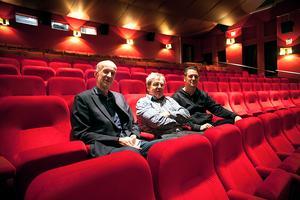Kommunens tillförordnade fastighetschef, Olle Wiking, biografägaren Björn Wallgren och Tobias Ingels från Film i Dalarna ser trots allt ljust på en framtid för Vansbro Bio.