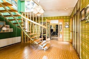 Rutiga tapeter i hallen. Bild: Länsförsäkringar Fastighetsförmedling Sundsvall