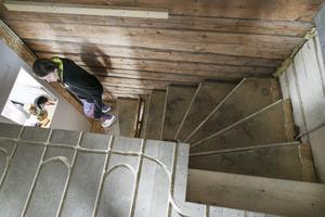På övervåningen i det gamla timmerhuset blir det golvvärme. En ny trapp kommer att byggas under vintern.