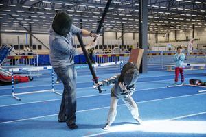 Likt Darth Vader och Luke Skywalker gjorde Vide Wallström, 5 år, och pappa Björn upp i en svärdsfight.