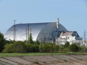 Sarkofagen runt reaktor 4 i Tjernobyl byggdes vid sidan av reaktorn eftersom det alltjämnt var för farligt att vistas i närheten. I november 2016 sköts det jättelika höljet på plats med hjälp av räls, och det anses vara det största föremål som någonsin har transporterats på det viset. Sarkofagen är  257 meter bred, 162 lång och 108 meter hög. Den väger 36 000 ton. Foto: Joakim Ahlberg.