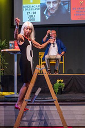 Solweig Johansson och författaren Håkan Nesser på förra årets Bokdagar i Dalsland. Pressbild.