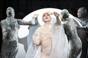 Kontratenoren Anthony Roth Costanzo der vi i rollen som Akhenaton i Philip Glass opera