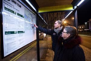 Marianne Lundblad och barnbarnet Johan Lundblad tycker att det har blivit besvärligt att veta hur bussarna går efter att Din Tur gått över till digitala turlistor.