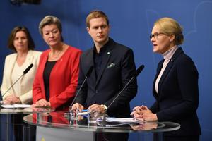 Heléne Fritzon (S) presenterar S-MP-uppgörelsen om ensamkommande. Foto: Henrik Montgomery / TT