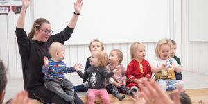 Ida Ljungberg, lärare i sydsamiska, leder sångstunden på nationaldagen tillsammans med några av de samiska barnen på Funäsdalens förskola, Nilas, Ebba Linnea, Stina, Eila, Harry, Mina, Signe och Arvid.