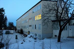 Det var här på baksidan av A-huset vid Högbergsskolan som 25-åringen ska ha rånat och misshandlat en elev.