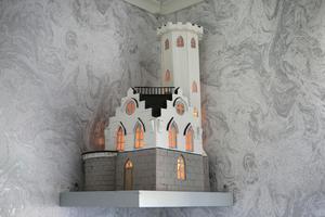 En miniatyr av Oscarsborg var det som började hela skapandet av miniatyrhus i trädgården i Vågbro.