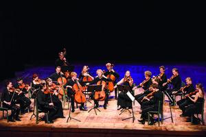 Edsbergs kammarorkester under violinisten Mats Zetterqvists ledning spelar i Ytterjärna. Foto: Peter de Voto.