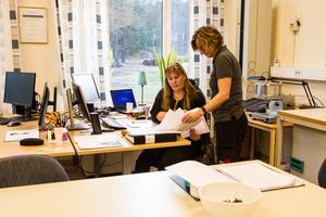Siw Strandberg och Susanne Vesterinen i laboratoriet.