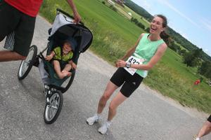 Anna Quayle, Sundsvall, tog hem en sjätteplacering på 12.8 km, men så hade hon uppvärmningshjälp av sonen Linus också!
