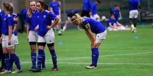Kaptenen Jennie Edström deppar med resten av laget efter att Ångermanland vunnit straffläggningen efter matchen.