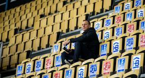 Micke Carlsson intog läktarplats under halva träningen.
