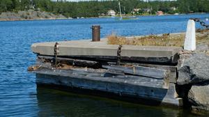 Stämmarsunds brygga behöver rustas upp. Slukhål, sprickor i cementen och skador i träkonstruktionen har lett till att den inte längre kan fungera som ångbåtsbrygga. För det krävs en renovering.