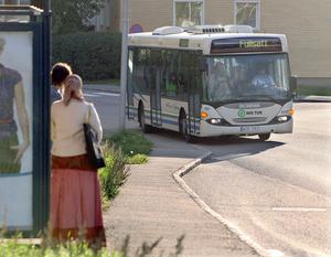 Insändarskribenten berättar att väntan blev lång vid busshållplatsen trots att flera bussar kom: