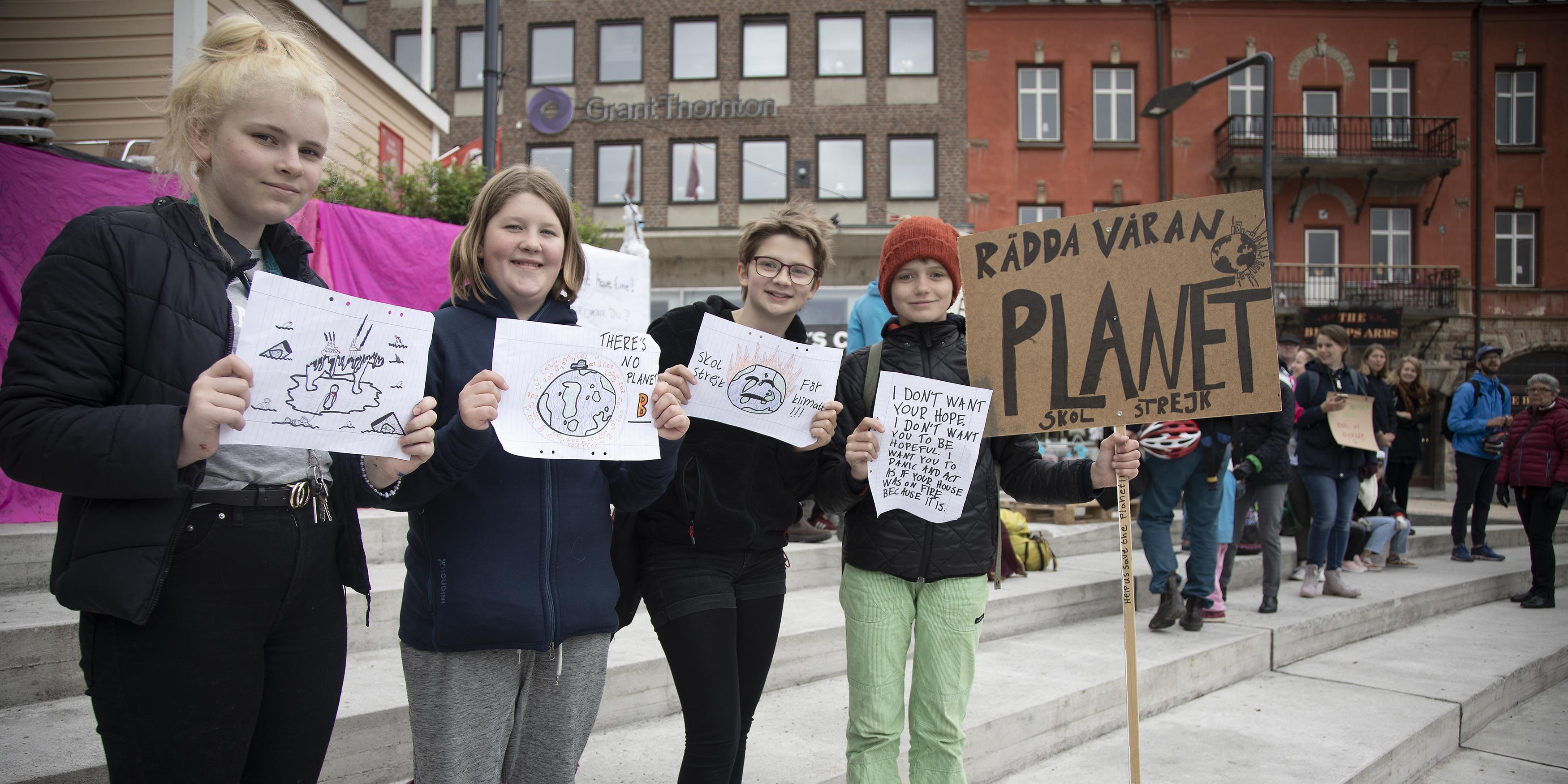 """Skolbarn strejkar för klimatet: """"Fler borde bry sig, det finns ingen planet B"""""""