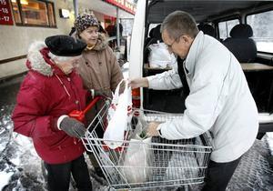 – I dag har du handlat mycket. Chauffören Mats Hillström hjälper Sonja Claesson och Mildred Bohlin in med kassarna.