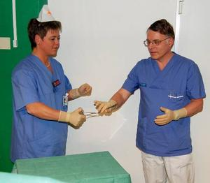 Rent spel. Sjuksköterskan Lena Andersson ser till att klinikchefen, Preben Falkenlöwe, är bakteriefri innan han får äran att klippa bandet på röntgenavdelningen.
