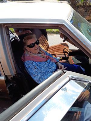 Vera Andersson, 97 år, njöt i fulla drag i framsätet på en av bilarna.