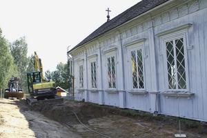 Då grävarbetet slutförts ska nytt spån läggas på taket, och kyrkan målas utvändigt.