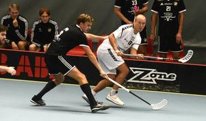 Skälby vägrar se sig som lillebror till VIB. Här Skälbys lagkapten Martin Linvall och IBF Västerås poängkung Joakim Turunen under ett hett derby från säsongen. FOTO: Tony Jansson