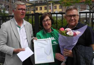 Mats Dahlström, till vänster, och Agneta Ängsås delade ut Centerpartiets miljöpris till bostadsrättsföreningen Promenaden genom dess ordförande Jan Berg.