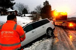 En nästan helt ny Volvo dras upp ur ett djupt dike. För Kim Bertilsen är det viktigt att bärgningen inte förvärrar bilens skador.