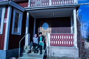 Razi och Jennie Kantorp-Weglin stortrivs i den lilla byn och i huset som de köpte förra året.