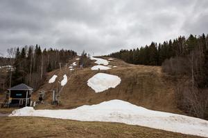I vanliga fall är det full fart i Storstenshöjdens södra slalombacke så här års, men just nu är det fattigt på både snö och besökare.