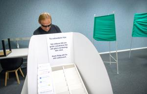 Corvetteägaren Hans Wennberg förtidsröstar i lokalen som ligger vägg i vägg med macken i Skönsberg.