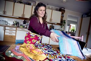 När LT:s reporter kommer på besök visar Anja upp textilier som hon fått med sig hem från Kenya.