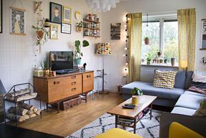Mycket av möblerna och inredningen har fått följa med från England – men soffan och fåtöljen har köpts här.