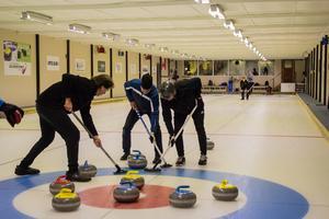 Stefan Person (t.v), Johan Bäckström (mitten) och Sven-Erik Olsson (t.h) gör allt för att få ytterligare en sten in i boet. Längst ned i bild står den fjärde lagmedlemmen, Michael Johansson.