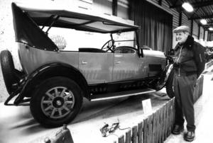 Algot Karlsson, Ångsta, beundrade en Oldsmobile från 1924 på veteranbilsutställningen 1985.