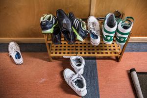 Skor i hallen på ett HVB-hem. Foto: Tomas Oneborg