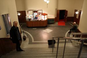 Bosse Hedman och Hans Sundmark är först på plats inför kvällens första visning. Maskinisten Mats Linderoth, på bilden bakom disken, har arbetat på biograf Myntet i 15 år.