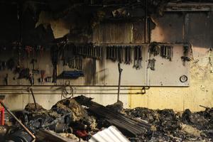 På en vägg hänger verktyg som blivit förstörda.