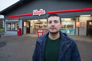 Abdulkerim Kizil betalar kommunen närmare 500 000 kronor för drygt 2 300 kvadratmeter mark framför och bakom Hillängskiosken.